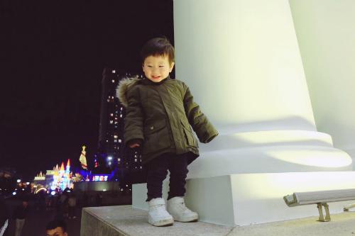 Đậu thường diện những trang phục khá năng động, cá tính. Có lẽ vì đam mê văn hóa xứ kim chi mà bố mẹ thường xuyên cho Đậu mặc trang phục mang bóng dáng của những mỹ nam K-pop.