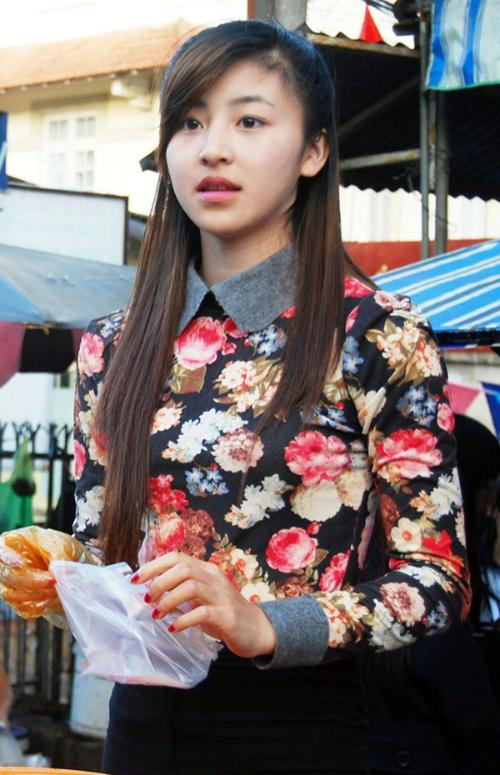 Lê Hoài Bảo Chi (1994) nổi lên từ cuối năm 2013 khi bức ảnh chụp lén đang bán bánh tráng trộn tại Đà Lạt được chia sẻ trên mạng xã hội. Gương mặt, vóc dáng không thua kém hot girl của cô nàng chiếm được nhiều tình cảm. Dù nổi tiếng nhưng cô nàng quyết tâm không đặt chân vào nghệ thuật dù có lời mời.