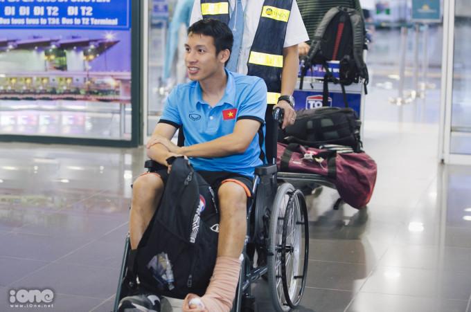 <p> Sau khi xuống máy bay, nam cầu thủ được ngồi xe lăn để dễ di chuyển, tránh ảnh hưởng đến vết thương.</p>