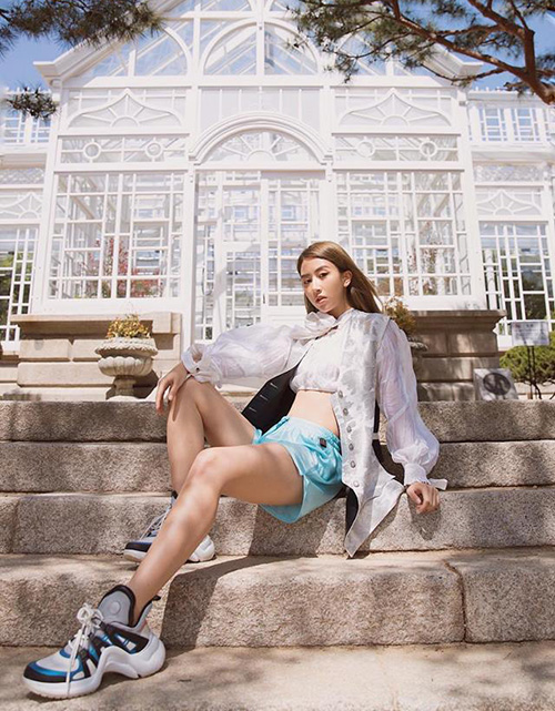 Những fashionista hàng đầu Vbiz như Châu Bùi, Khánh Linh, Tóc Tiên, Quỳnh Anh Shyn... đều cho thấy thời trang là không giới hạn khi diện đồ diềm bèo, xếp ly siêu điệu cùng ugly sneakers của Louis Vuitton, Gucci...