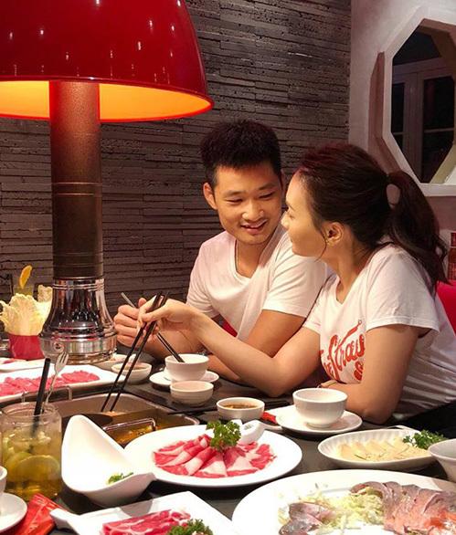 Hai vợ chồng Bảo Thanh vừa ăn vừa nhìn nhau rất đắm đuối.