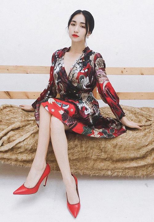 Hòa Minzy sang chảnh khi khoác lên mình cây đồ đỏ rực.