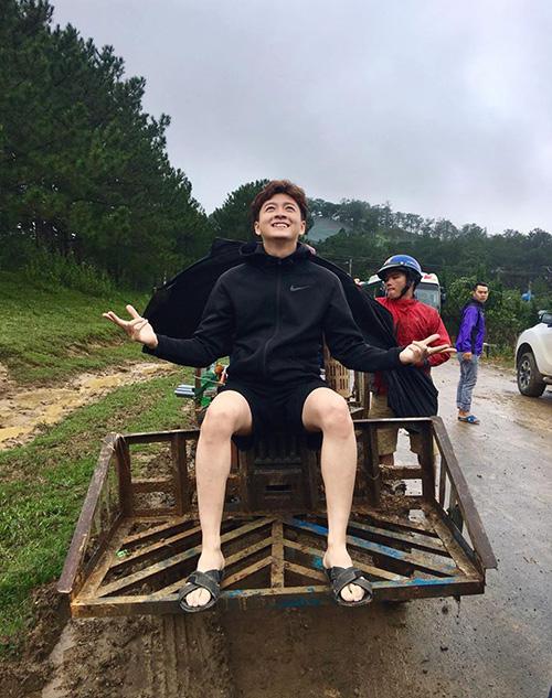 Hình ảnh giản dị của Ngô Kiến Huy khi vừa quay xong hai MV bất chấp mưa gió khiến fan thích thú.