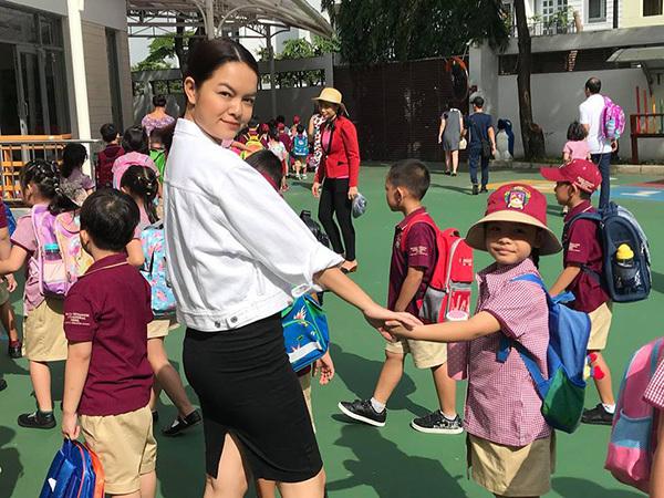 Phạm Quỳnh Anh luôn ở bên cạnh động viên con gái trong ngày đầu tiên đi học.