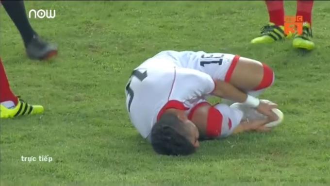 <p> Thậm chí pha ôm chân khó hiểu của các cầu thủ Bahrain...</p>