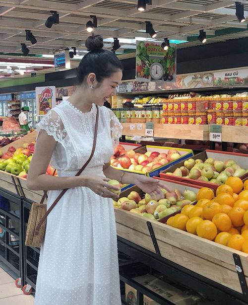 Thúy Vân ra dáng gái đảm, đi siêu thị sắm đồ về tự nấu nướng.