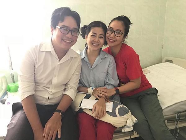 Vân Hugo vào thăm, tặng quà cho diễn viên Mai Phương. Trên giường bệnh, nữ diễn viên vẫn tỏ ra rất lạc quan, vui vẻ.