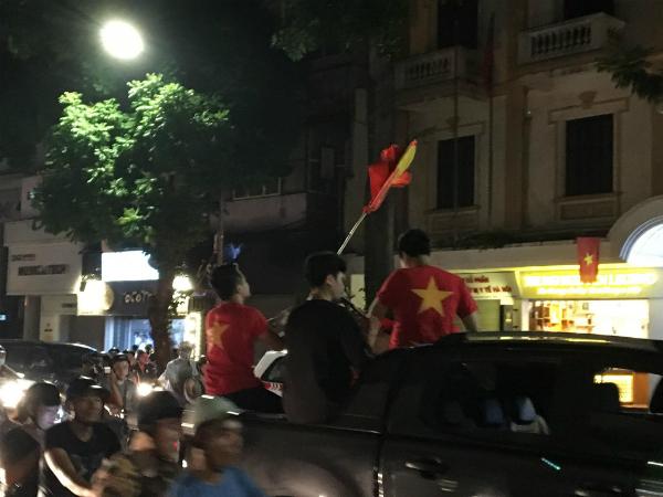 Các cổ động viên liên tục hát vang những khúc ca chiến, hô vàng Việt Nam, Việt Nam!!