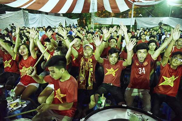Các cổ động viên là sinh viên khoác áo cờ đỏ sao vàng, khoác tay nhau reo hò sau chiến thắng của đội tuyển Việt Nam. Ảnh: Giang Huy