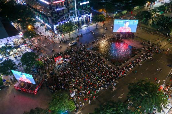 Tại phố đi bộ Nguyễn Huệ, hàng nghìn người đã đổ xô về đâyđể xem trận bóng qua 8 màn hình led khủng.