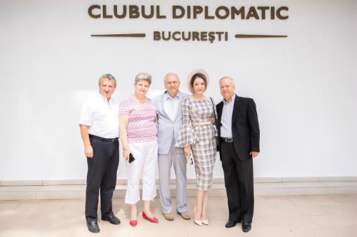 Vừa xuống sân bay ở thủ đô Bucharest, Lý Nhã Kỳ đã được ngài Đại sứ Gheorghe Dinica kiêm Giám đốc Câu lạc bộ ngoại giao Rumani,gặp gỡ giao lưu, đón tiếp.