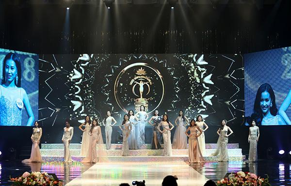 Các thí sinh trình diễn trên sân khấu.