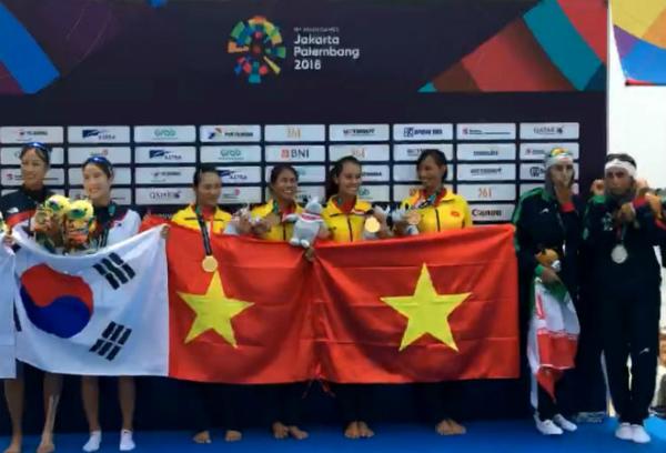Các cô gái nhận giải vàng danh giá.