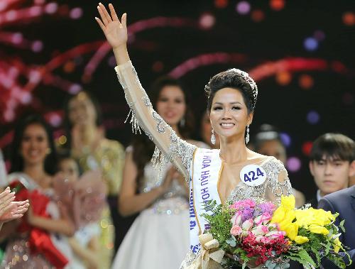 Đại diện Việt Nam tại Miss Universe 2018 được đánh giá sở hữu body hoàn hảo, nét đẹp không trộn lẫn cùng lối ứng xử tinh tế. Mới đây, theo bảng xếp hạng từ chuyên trang nhan sắc nổi tiếng Missosology bình chọn, HHen Niê được xếp ở vị trí thứ 5, có khả năng giành vương miện Hoa hậu Hoàn vũ Thế giới.