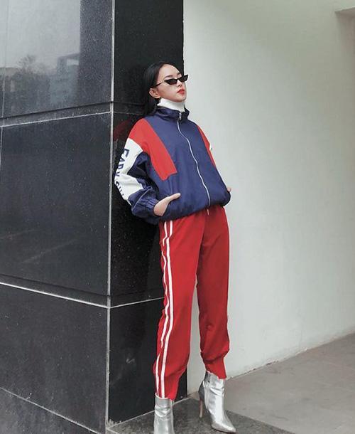 Lối mix quần thể thao kẻ sọc dọc khỏe khoắn cùng boots gót nhọn cũng được nhiều fashionista yêu thích vì mang đến diện mạo vừa năng động lại vẫn sang chảnh.