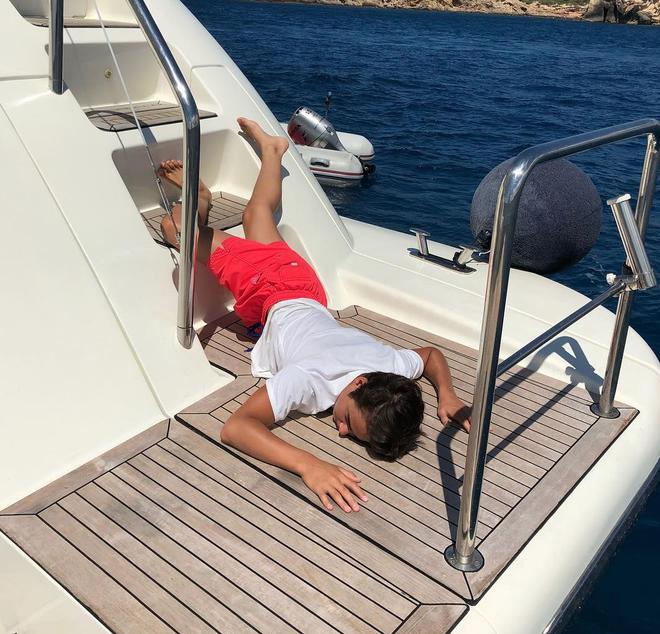 <p> Đã ngã là phải nằm bên cạnh du thuyền, phi cơ, xế hộp sang chảnh hay tủ đồ hiệu đắt tiền.</p>
