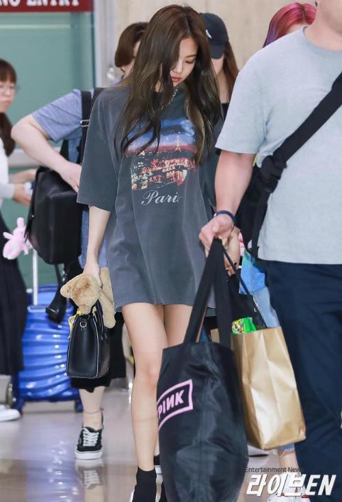 Kh ra sân bay, kiểu trang phục này thườngđược Jennie ưu ái bởi sự thoải mái, năng động.
