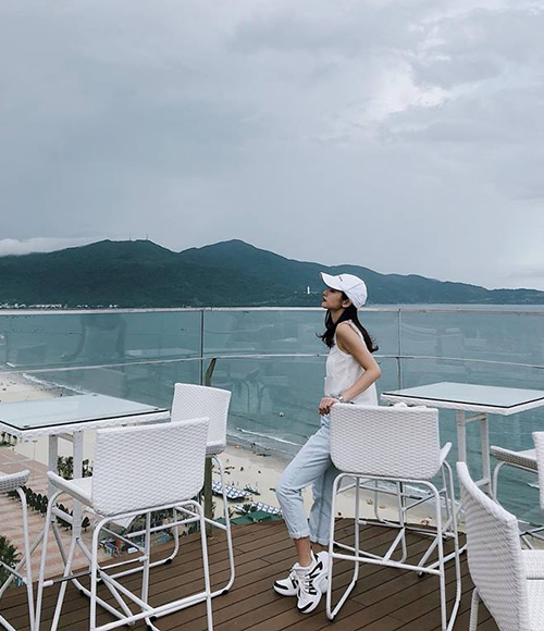 Jun Vũ diện đôi sneakers Louis Vuitton giá gần 30 triệu đồng mới tậu đi du lịch biển cùng bạn trai tin đồn.