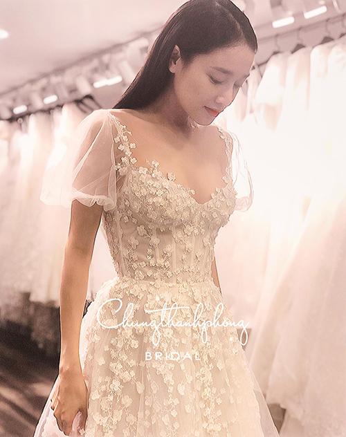 Nhã Phương diện váy đính hôn.