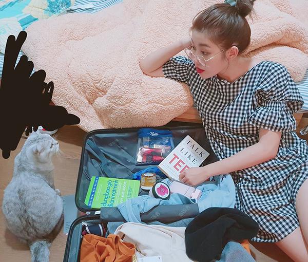 Quỳnh Châu ngồi dọn hành lý lâu gấp đôi thời gian vì bận rộn chụp ảnh sống ảo, trò chuyện với... mèo.