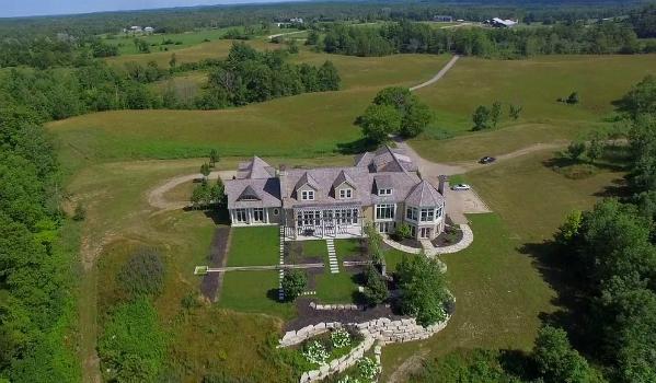 Căn nhà trị giá 5 triệu USD (gần 117 tỷ đồng), có diện tích 836 m2, nằm trên mảnh đất rộng thênh thang tới hơn 408 ngàn m2.