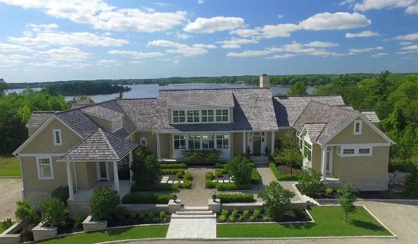 TMZ đưa tin, ngôi sao nhạc pop Justin Bieber vừa mua căn biệt thự ở vùng quê Wellington, Ontario, Canada.Hợp đồng mua bán đã được hoàn tất vào ngày 20/8 để cặp đôi có thể sớm dọn vào xây dựng tổ ấm.