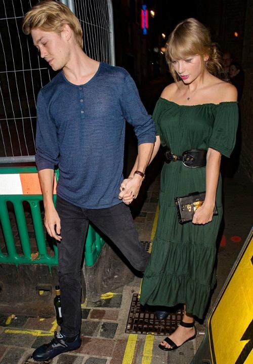 Mặc dù đang bận rộn với chuyến lưu diễnReputation Tour, Taylor Swift vẫn tranh thủ dành thời gian cho bạn trai Joe Alwyn.