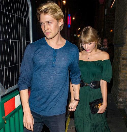 Lần xuất hiện này gây bất ngờ cho công chúng vì mối quan hệ giữa Taylor và Joe từ trước đến nay rất kín đáo, riêng tư.