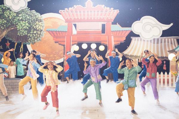 Nhân mùa Trung Thu sắp đến gần, nhạc sĩ Hồ Hoài Anh và ca sĩ Lưu Hương Giang cùng các Quán quân và Á quân Giọng hát Việt nhí Gia Hân, Ngọc Ánh, Nhã Thy, Thanh Ngân, Nhật Minh, Thụy Bình, Quang Anh và rapper R.Tee thực hiện MV Rước đèn tháng tám. Ca khúc được phối lại mới mẻ bởi nhạc sĩ Hứa Kim Tuyền cùng câu chuyện ý nghĩa trong mùa trăng tròn. Đây cũng là lần đầu tiên dàn thí sinh The Voice kids triệu view quy tụ trong một MV ca nhạc.