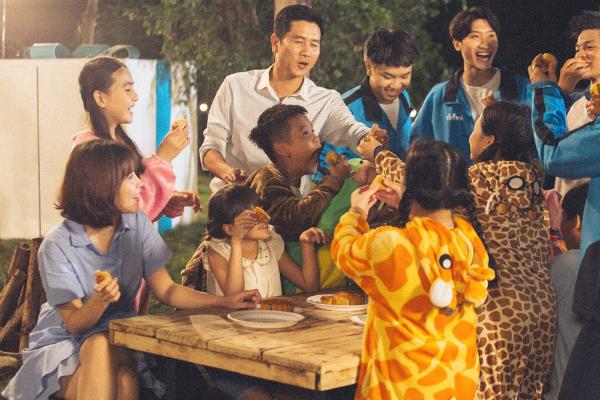 MV tái hiện lại không khí tươi vui, phá cỗ đêm rằm. Vợ chồng Hồ Hoài Anh vào vai thầy cô giáo khó tính khi thường chỉ dạy cho học trò những điều hay. Biết học trò ngóng chờ được phá cỗ, rước đèn, họ đã bí mật chuẩn bị một món quà để thầy trò cùng quây quần bên nhau.