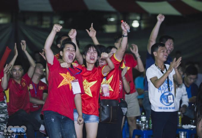 """<p> Những tiếng reo hò thể hiện niềm tự hào rằng """"Việt Nam vô địch"""" vang lên.</p>"""