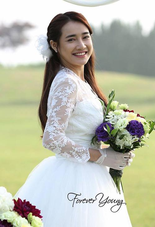 Trước khi chính thức lên xe hoa với danh hài Trường Giang vào cuối tháng 9 này, Nhã Phương đã có không ít cơ hội được hóa thành cô dâu trong các bộ phim hay bộ hình váy cưới. Với vẻ đẹp trong sáng, nữ diễn viên rất hợp với những chiếc váy trắng muốt tinh khôi.
