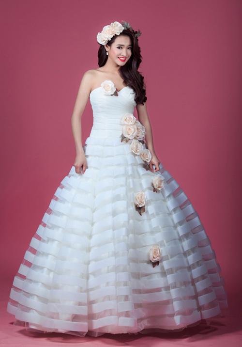 Váy cưới quá diêm dúa, cầu kỳ dễ khiến Nhã Phương bị sến.