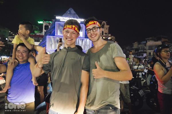 Nhiều du khách nước ngoài cũng hòa chung nhịp đập thể thao cùng các CĐV Việt Nam.