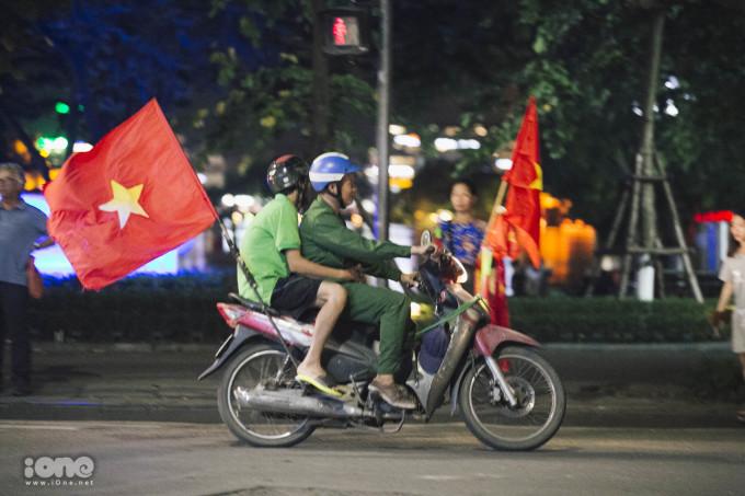 Khoảnh khắc người Hà Nội đổ xuống đường ăn mừng Olympic Việt Nam chiến thắng