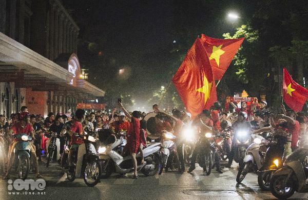 Sau tiếng còi kết thúc trận đấu của đội tuyển Việt Nam với Bahrain, các cổ động viên reo hò ầm ĩ. Chỉ khoảng sau nửa tiếng đồng hồ, khu vực bờ hồ Hoàn Kiếm Hà Nội đã nhộn nhịp bởi những tiếng reo hò của các cổ động viêntham gia đi bão ăn mừng.