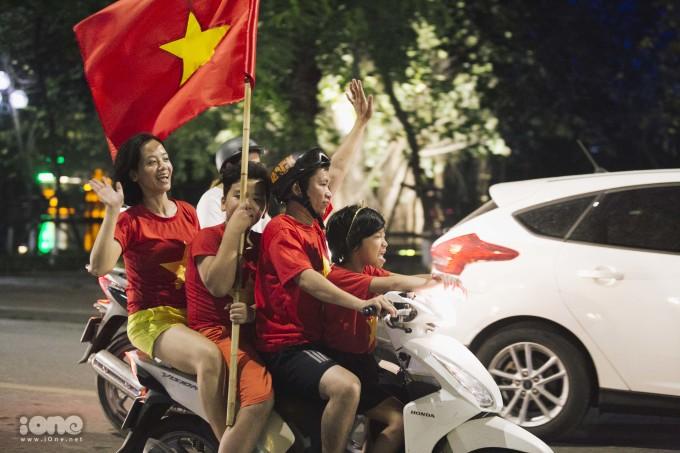 <p> Phong cách ăn mừng chiến thắng quen thuộc của người hâm mộ bóng đá Việt Nam.</p>