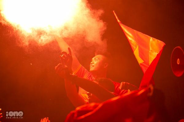 Nhiều người còn đốt pháo sáng để ăn mừng chiến thắng đi vào lịch sử của bóng đá nước nhà.