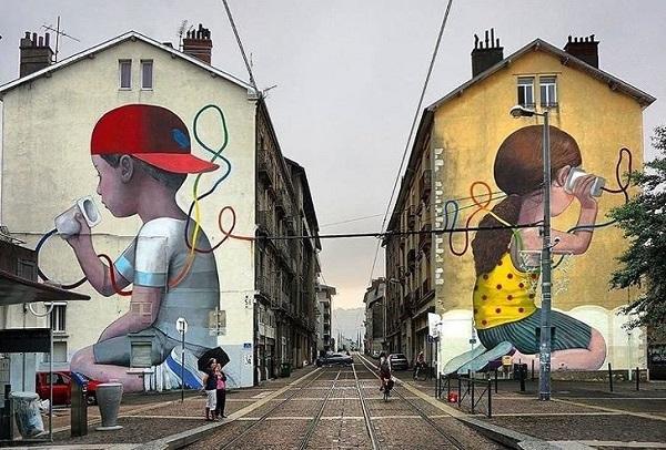 Tác phẩm này có tên là The Wire, một trong những bức họa đường phố nổi tiếng của họa sĩ Julien Seth Mallard, nằm tại thành phố Grenoble, Pháp,