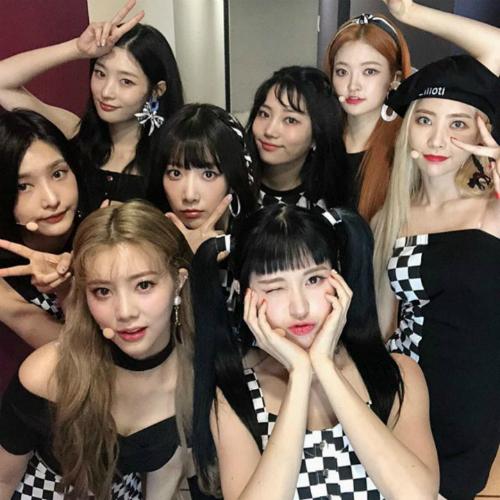 Dù cả nhóm mặc đồ đen cool ngầu vì Som Yi vẫn quyết theo phong cách đáng yêu với mái tóc 2 bên, buộc cao.
