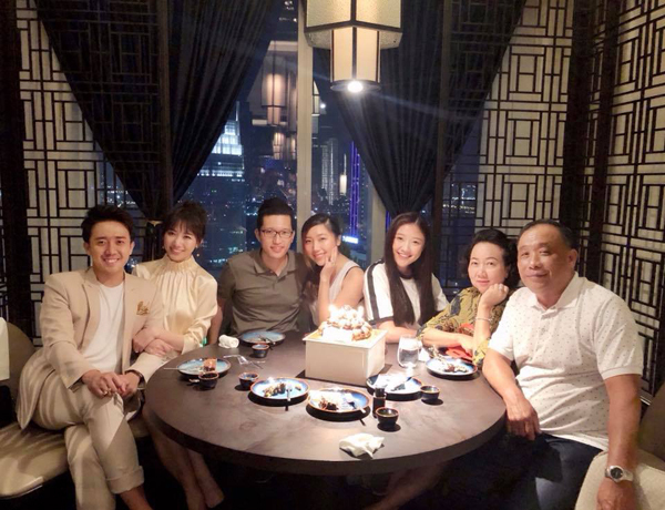 Trấn Thành diện đồ rất bảnh bao khi đi ăn tối cùng cả gia đình nhà bà xã Hari Won.