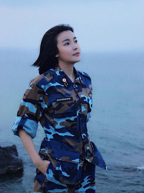 Cao Thái Hà xinh đẹp khi khoác lên mình bộ đồng phục áo lính của nhân vật trong Hậu duệ Mặt trời bản Việt.