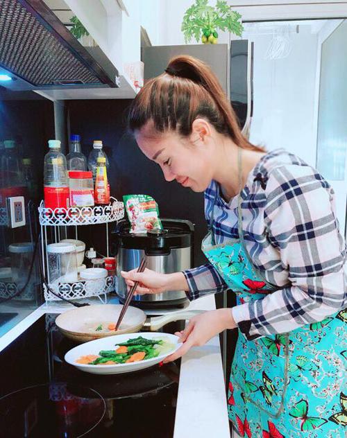 Lê Phương giản dị vẫn rất xinh đẹp khi tự tay vào bếp chuẩn bị bữa cơm cho chồng con.