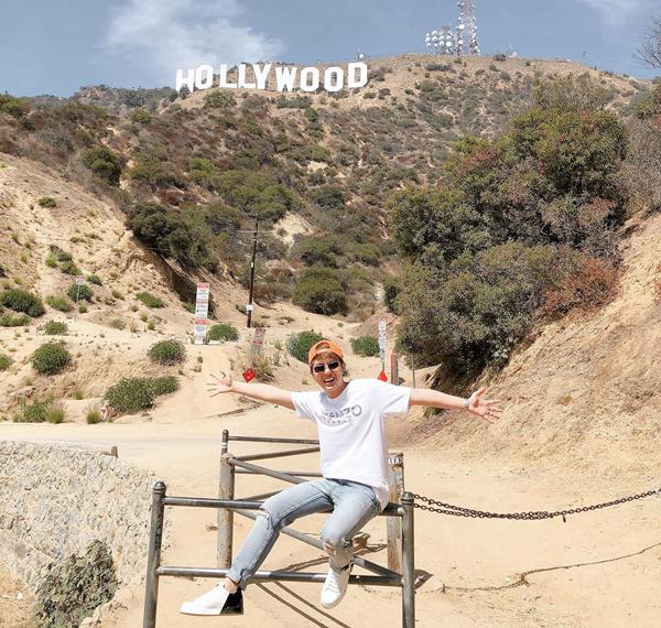 Duy Khánh rất phấn khích trong lần đầu được đặt chân đến Mỹ, thăm ngọn đồi Beverly Hills trứ danh.