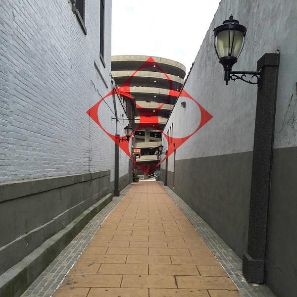 Nhìn qua thì nhiều người sẽ nhầm tưởng đây là ký hiệu hay biểu tượng của một tổ chức nào đó. Nhưng thực chất đây chỉ là một tác phẩm đường phố thuộc một dãy tòa nhà tại thành phố New Haven, Mỹ mà thôi.