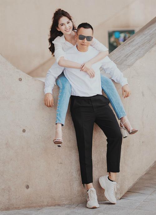 Ngọc Trinh và ông bầu Vũ Khắc Tiệp tình tứ như một cặp đôi đang yêu khi đi dạo trên đường phố Seoul.