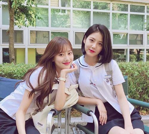 A-Teen (Tuổi 18) là bộ phim học đường đang nổi tiếng nhờ nội dung gần gũi, dàn diễn viên trẻ đẹp. Shin Ye Eun (tóc ngắn) là diễn viên trẻ thuộc JYP trở thành tâm điểm sự chú ý nhờ visual tỏa sáng.
