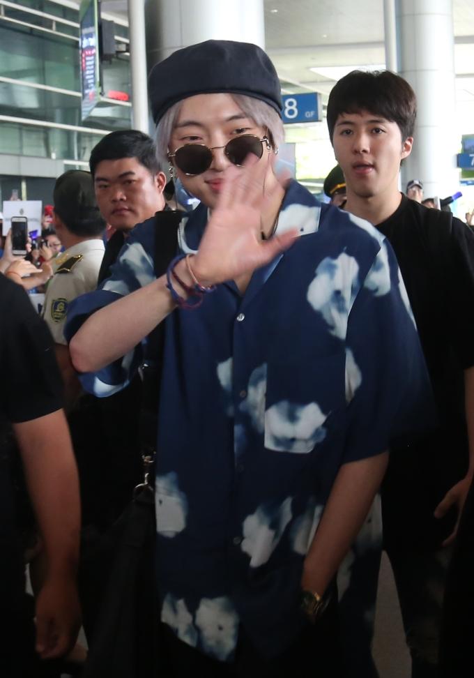 <p> Winner thân thiện vẫy tay chào fan Việt. Đây là lần thứ hai họ đến Việt Nam nên không giấu được sự háo hức.</p>