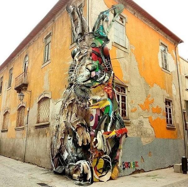 Hình vẽ chú thỏ khổng lồ với hai mảng màu sắc đối lập tại một tòa nhà cổ ở thành phố Lisbon, Bồ Đào Nha.
