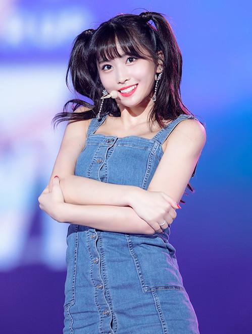 Thành viên của Twice phải nối tóc để tạo kiểu buộc cao 2 bên. Fan nhận xét style tóc này hợp với tính cách đáng yêu, ngọt ngào như em bé của Momo.